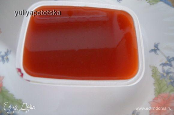Развести быстрорастворимый желатин минимальным количеством кипятка. Дорастворить его в микроволновке или на водяной бане. В желатин влить 2 ст л сока, быстро размешать и отправить к остальному соку. Я перелила в формочку от пластикового сырка.