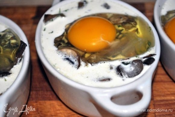 и сверху аккуратно разбить яйцо, можно посолить. Запекать в предварительно разогретой духовке при 180 С примерно 20 минут.