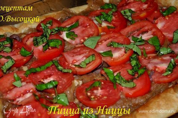 Ошпарить помидоры, снять с них кожуру и нарезать ломтиками, удалив семена и лишний сок. Равномерно распределяя, выложить на коржи обжаренный лук, ломтики помидоров, оставшиеся анчоусы, сверху присыпать базиликом.