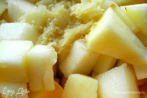 Сначала я очистила грушу и яблоко и нарезала кусочками примерно 2х2 см. И тут захотелось мне чем-нибудь раскрасить грушево-яблочный вкус. Натерла имбирь, предварительно его очистив. Положила груши и яблоки в ёмкость, залила коньяком и лимонным соком, добавила имбирь и все перемешала. Оставила часа на 2.