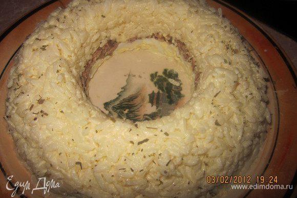 Последний слой -рис с майонезом.Уберем стакан,получилось красивое и аккуратное кольцо!Я посыпала его чуть-чуть сушеным базиликом.