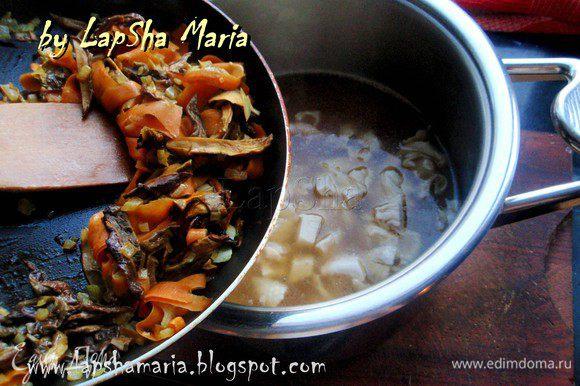 Затем добавить обжаренные грибы с луком и морковью. Хорошо все перемешать, проверить на соль, при необходимости посолить. И варить ещё 5 минут.