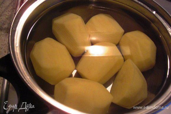 Несколько картошек (около 300 г) поставить варить. Потом их будем добавлять в сырую картофельную массу.