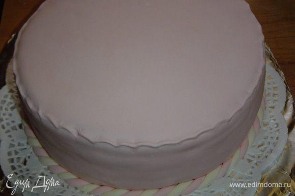 Раскатываем мастику и покрываем торт.