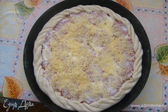 """Приготовление пиццы: Тонко раскатываем тесто, укладываем в форму. Мажем тесто кетчупом(если есть можно добавить салат """"Лечо""""), укладываем кусочки обжаренной курицы, на мелкой терке натираем плавленный сырок, яйцо. Укладываем нарезанную кружочками копченую колбасу, сверху мажем майонезом, и натираем на мелкой терке сыр. Ставим в духовку на 30 минут. Приятного аппетита!"""