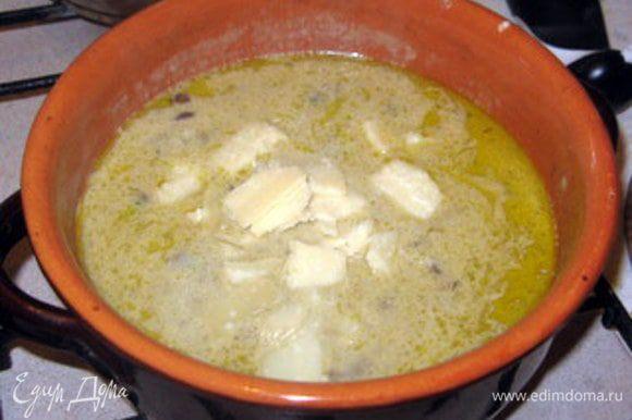 Вернуть кастрюлю на огонь и добавить сыр, нарезанный на тонкие ломтики. Варить пару минут, пока сыр не растает , постоянно помешивая.