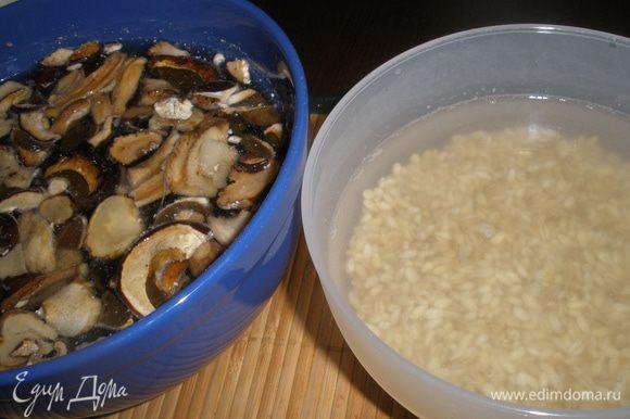 Замочить грибы и перловую крупу примерно на 2 часа.