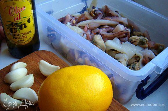 Морской коктейль разморозить. Хорошо промыть обсушить. Замариновать следующим образом: 1 ст.л.лимонного сока, оливк. масло- 2 ст.л. и мелкорубенный чеснок- все перемешать с морским коктейлем- мариновать 20 минут (берите стеклянную,эмалированную или пластиковую посуду именно для продуктов).