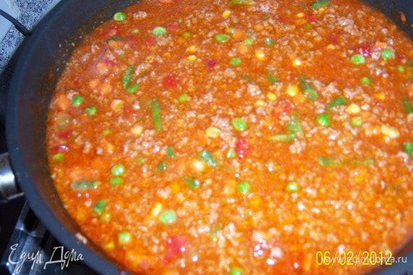 налить соевый соус, бульон, добавить специи,соль, смесь овощей и тушить всё 30 минут на среднем огне.