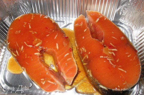 Солим стейки с двух сторон,оставляем в маринаде на 30 минут в холодильнике.Выкладываем рыбу в форму для запекания, поливаем соусом.