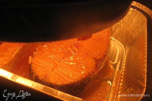 Ставим форму с рыбой в аэрогриль. Запекаем 15-20 минут(переворачивая дважды) при температурном режиме 235 градусов.