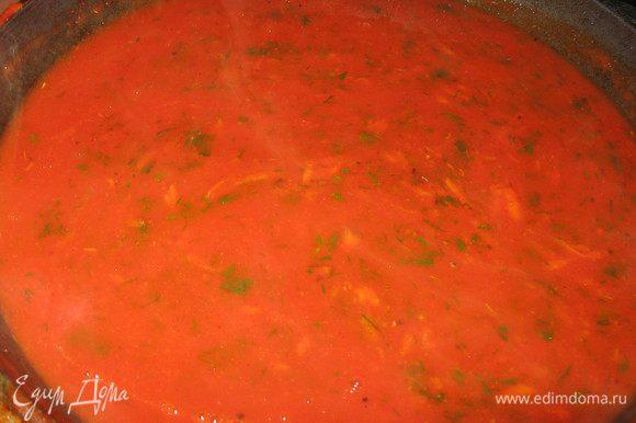 Приготовить соус: Натереть морковь на мелкой терке, зажарить на масле, добавить томатную пасту, чеснок,посолить,поперчить, добавить сладкую паприку, тимьян и залить водой или бульоном, добавить зелень. Довести до кипения и потомить на маленьком огне 3-5 мин.