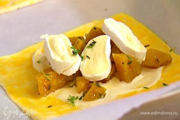 Сыр нарезать небольшими кусочками и выложить сверху на картофель. Присыпать листьями тимьяна и семечками.