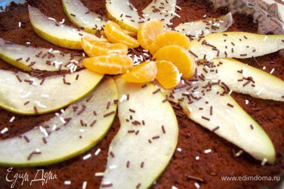 Порезать грушу, мандарин почистить и разобрать на дольки. Уложить фрукты на слегка остывшую основу. Присыпать все тертым шоколадом или кондитерской посыпкой.