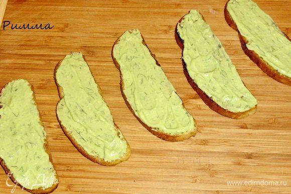 На каждый кусочек тоста намазать авокадо.