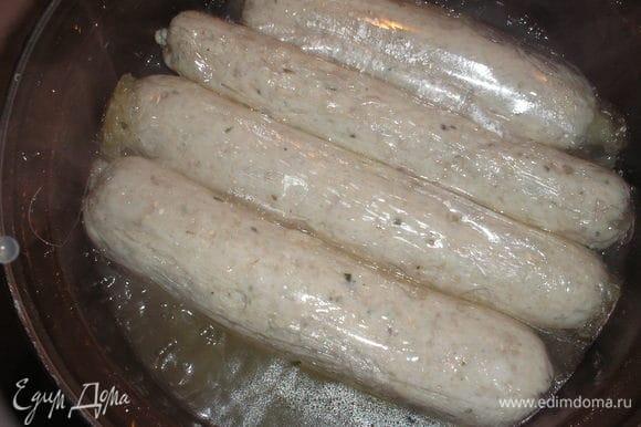 Отправляем колбаску в кипящий бульйон варится на 20-25 минут. После варки достаем и снимаем пленку.