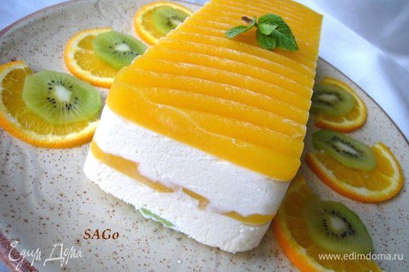За полчаса до употребления поставить семифреддо из морозилки в холодильник, чтобы десерт стал слегка мягким. При подаче украсить фруктами на Ваш вкус.