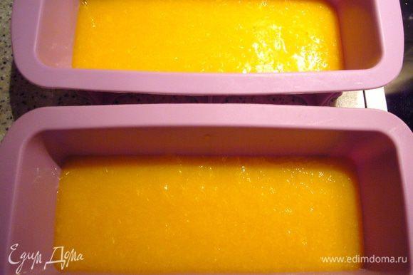 Разложить половину фруктового пюре в две формы (по одной я даже и не готовлю:))), поставить для застывания в холодильник.
