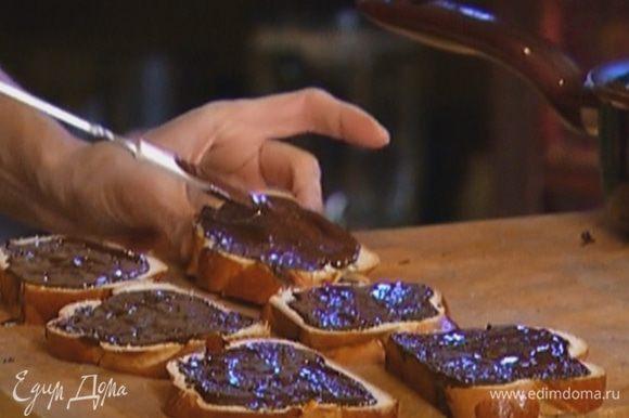 Смазать кусочки булки растопленным шоколадом.