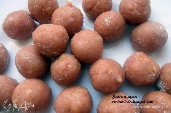 Сформировать конфеты (удобно делать руками, слегка присыпанными сахарной пудрой).