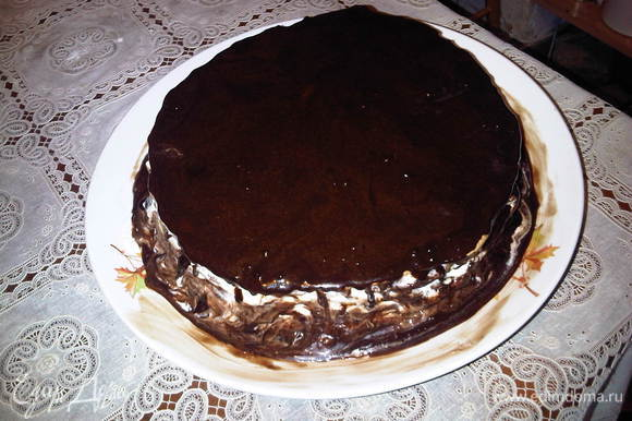 На верхний корж варим шоколадную глазурь: в кастрюльку кладем сахар, какао и молоко, перемешиваем и помешивая варим на слабом огне до растворения сахара, добавляем слив.масло, снимаем с огня, растворяем масло и заливаем глазурью наш торт.Желательно, чтобы хотя бы пару часов он постоял и пропитался. Я обычно пеку вечером и оставляю его пропитываться на ночь при комнатной температуре.
