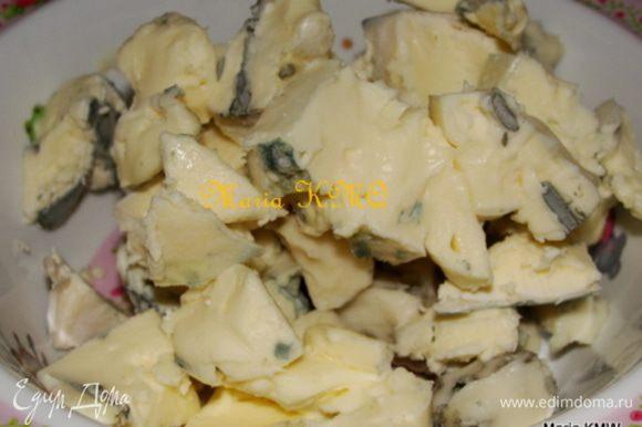 Развести дрожжи в 50 мл теплой воды, дать 5 минут постоять. Тем временем порезать сыр на кусочки.