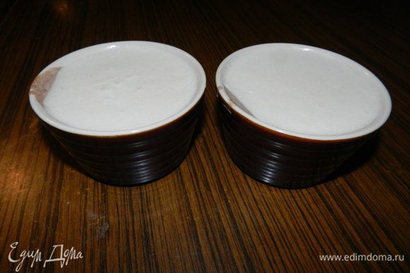 ФРУКТОВЫЙ БАВАРСКИЙ КРЕМ. Повторить шаг 2. После того, как молоко вскипело, шоколад не добавлять! После того, как добавите желатин, необходимо добавить фруктовое пюре. Готовую смесь разлить по формочкам. К этому времени шоколадный крем должен немного застыть