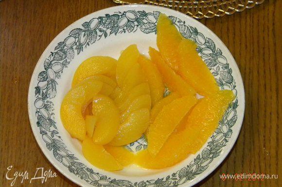 Персики порезать. Апельсины очистить и порезать.