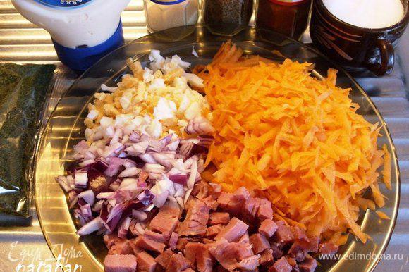 Овощи почистить, помыть и обсушить. Морковь натереть на крупной терке, а лук мелко покрошить. Яйцо очистить и порезать на маленькие кубики. Ветчину так же порезать на маленькие кубики, прогреть (для удаления лишнего жира) в микроволновке 1 минуту при мощности 300, обсушить бумажным полотенцем и остудить.