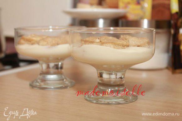 Затем завариваем кофе, вливаем ликер, и кусочки шоколада растапливаем в нем. Печенье слегка обмакиваем в кофе, главное, чтобы не сильно оно размякло. Выкладываем на крем печенье в креманки. (Рецепт печенья можно посмотреть здесь http://www.edimdoma.ru/recipes/32623 )