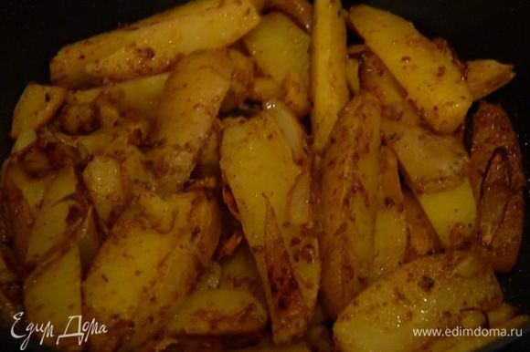 Влить в сковороду еще 2 ст. ложки масла, выложить картофель и обжарить до золотистого цвета.