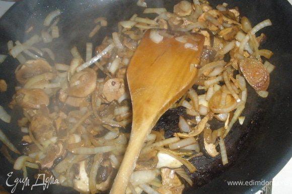 На туже сковороду выкладываем лук и красный перец. При этом убавить огонь до тихого. Жарить лук не давая ему сильно поджариватся. Затем добавить грибы. Тушить около 3 минут до готовности грибов.