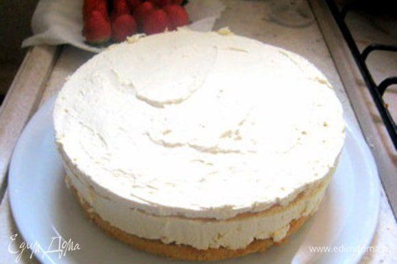Достать торт из холодильника. Взбить оставшиеся 150 мл сливок. Обмазать торт сливками и украсить свежей клубникой и создать узоры с помощью кулинарного шприца.