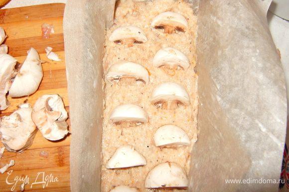 """Выстелите форму для запекания пекарской бумагой, смазанной сливочным маслом. Выложить фарш с грибами. Можно грибы с фаршем перемешать, тогда на срезе они будут расположены хаотично. Мне захотелось """"порядка"""" и я выложила грибы и фарш слоями."""