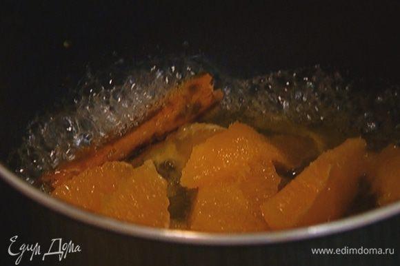 Приготовить соус: поместить в небольшую кастрюлю апельсиновую мякоть, палочку корицы, гвоздику и оставшийся сахар, влить розовую воду и слегка уварить все на медленном огне.
