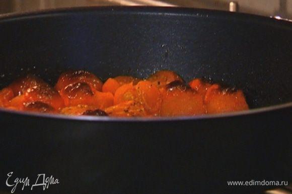 Помидоры черри разрезать пополам, выложить в форму для запекания, посолить, поперчить, сбрызнуть половиной оливкового масла и отправить под гриль на несколько минут (они должны получиться поджаристыми).