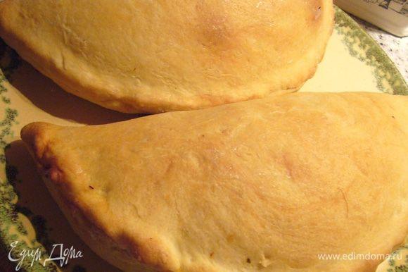 Из оставшегося теста и начинки из сыра и грибов я приготовила 2 закрытые пиццы кальцоне.