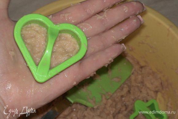 Для того чтобы получились фигурные драники я использовала формочки для печенья. Заполняем формочку картофельным тестом и аккуратно переворачиваем на сковородку=)
