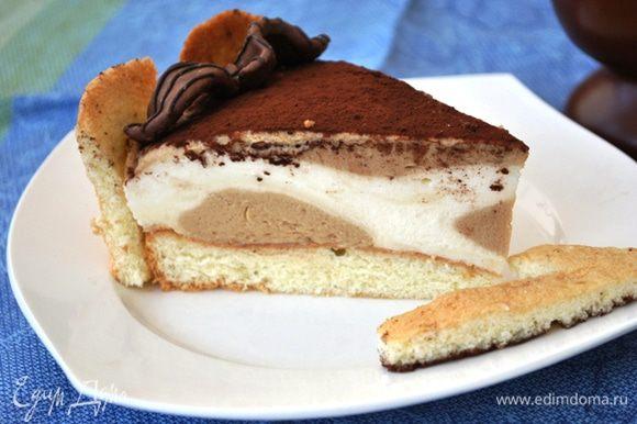 Поставить торт в холодильник минимум на 3 часа. После этого убрать кольцо, к боковой поверхности торта прижать пальчики. Украсить торт по желанию.