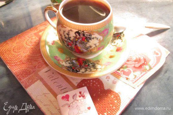 Собираем турку и ставим на огонь через некоторое время появляется аромат кофе...с пряностями... наш кофе гтов..разливаем по кружечкам..