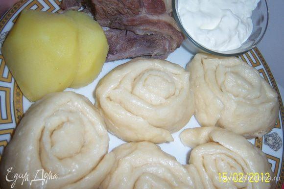 Готовый хинкал выкладываем на тарелку с мясом и картошкой и подаём со сметаной и процеженным бульоном.