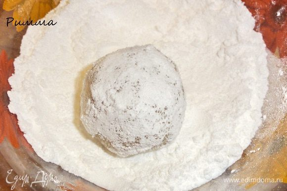 Вторую часть обваляйте сначала в сахаре, а потом в сахарной пудре.