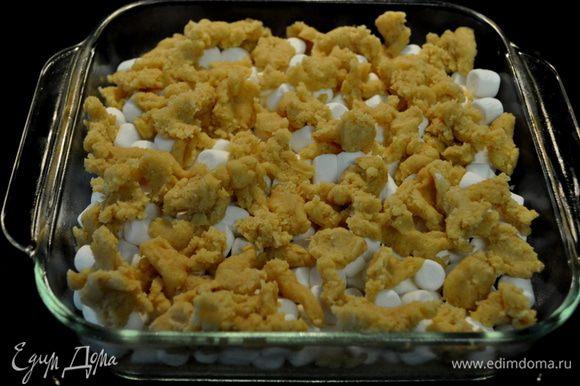 Затем оставшееся тесто разложить поверх маршмэллоу.И выпекать еще 15мин.или до золотистого цвета. Остудить полностью и разрезать на 16кусочков.