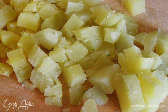Порежем картофель средним кубиком