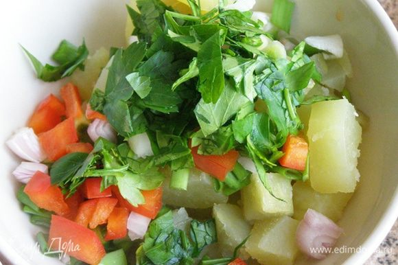 Картофель смешаем с мелко нарезанными луком-шалотом, зеленым луком, петрушкой и болгарским перцем