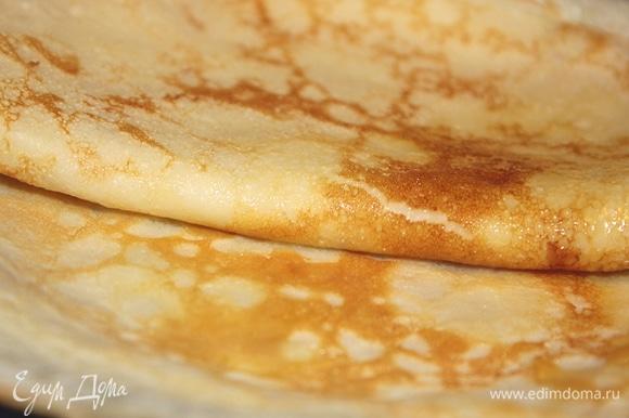 Добавить сахарную пудру. Главное не класть слишком много сахара, иначе блины будут пригорать. Добавить щепотку соли. Затем влить горячее молоко (примерно 80–90°C). Тесто для блинов получается довольно жидким. Еще я добавляю 1 или 2 столовые ложки подсолнечного масла прямо в блинное тесто.