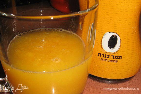 Выжимаем апельсиновый сок, добавляем мед, хорошенько перемешиваем, выливаем в морковную массу.