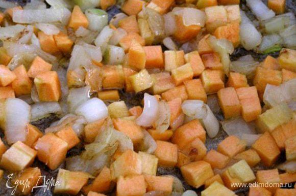 В сковороде на растительном масле обжарить мелко нарезанный лук, добавить нарезанную маленькими кубиками морковь и сельдерей.
