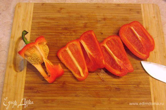 Болгарский перец проще всего резать так, как показано на фотографии. Срезаете с четырех сторон мякоть перца, а затем срезаете попку. Все отходы остаются и не надо их ни откуда выковыривать. Затем срежьте белую мякоть.