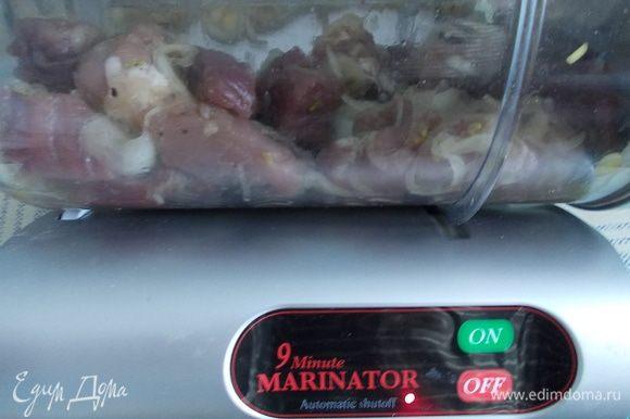 лук и мясо смешать, посолить, поперчить и оставить мариноваться на 30 минут. В маринаторе 18 минут (9+9)